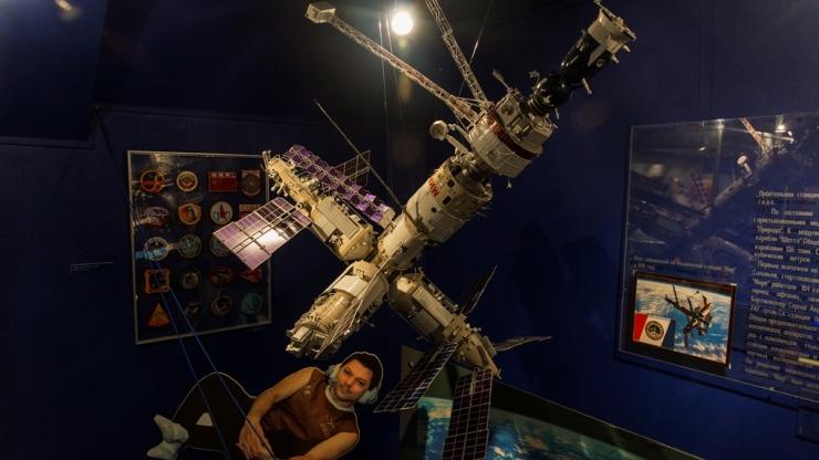 Выставка на судне космической связи 2