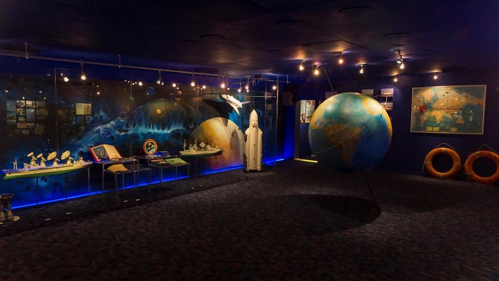 Выставка на судне космической связи 1