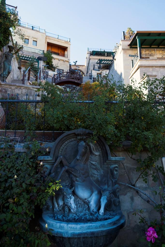 Скульптура у отеля