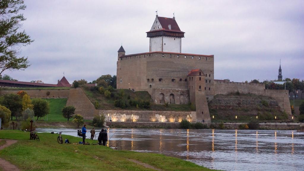 Нарвский замок и рыбаки