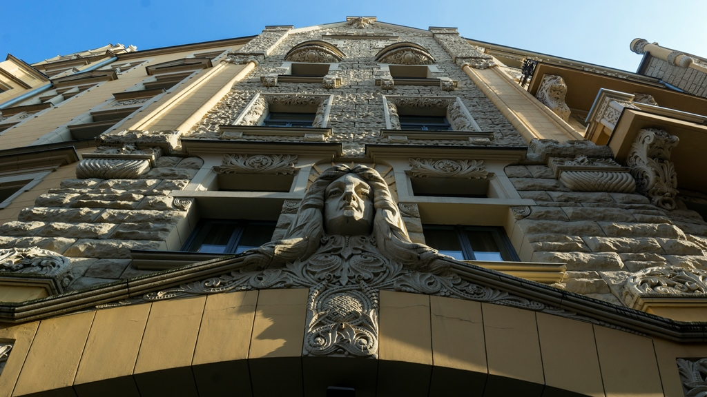 Голова на фасаде
