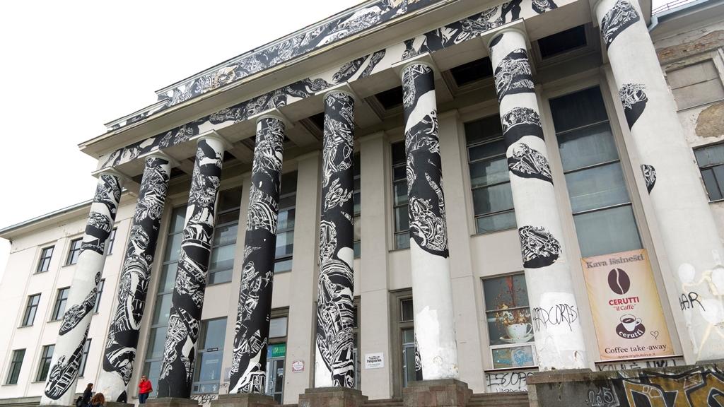 Граффити на колонаде