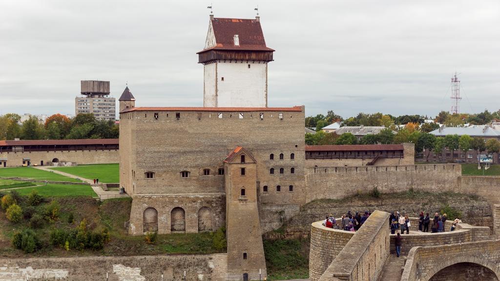 Смотровая-площадка-Ивангородской-крепости-и-Замок-Германа